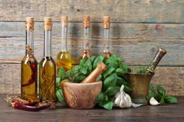 ¿Aceite con romero o con albahaca?  Por eso debes infundir aceites con hierbas.
