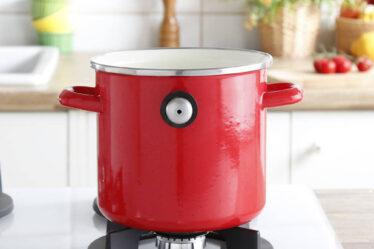 olla esmaltada para cocinar leche con silbato rojo de la cocina de la abuela
