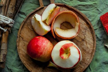 ¿Cómo hacer vinagre de sidra de manzana con cáscaras?