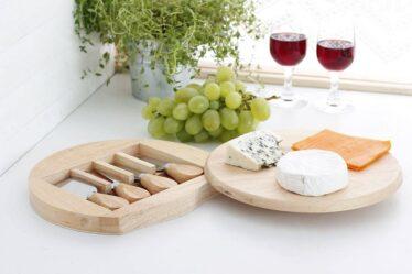 Tabla de quesos y fiambres con cuchillos Gouda