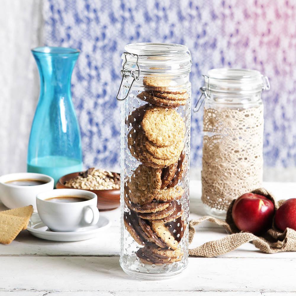 un frasco de vidrio con tapa para galletas