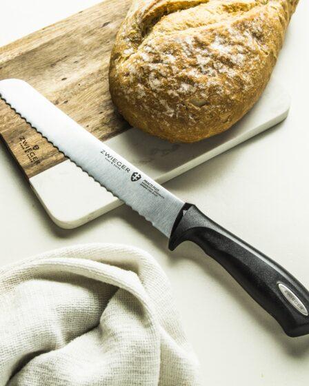 cuchillo y pan en el tablero