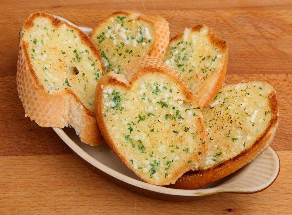 Tostadas con mantequilla de ajo