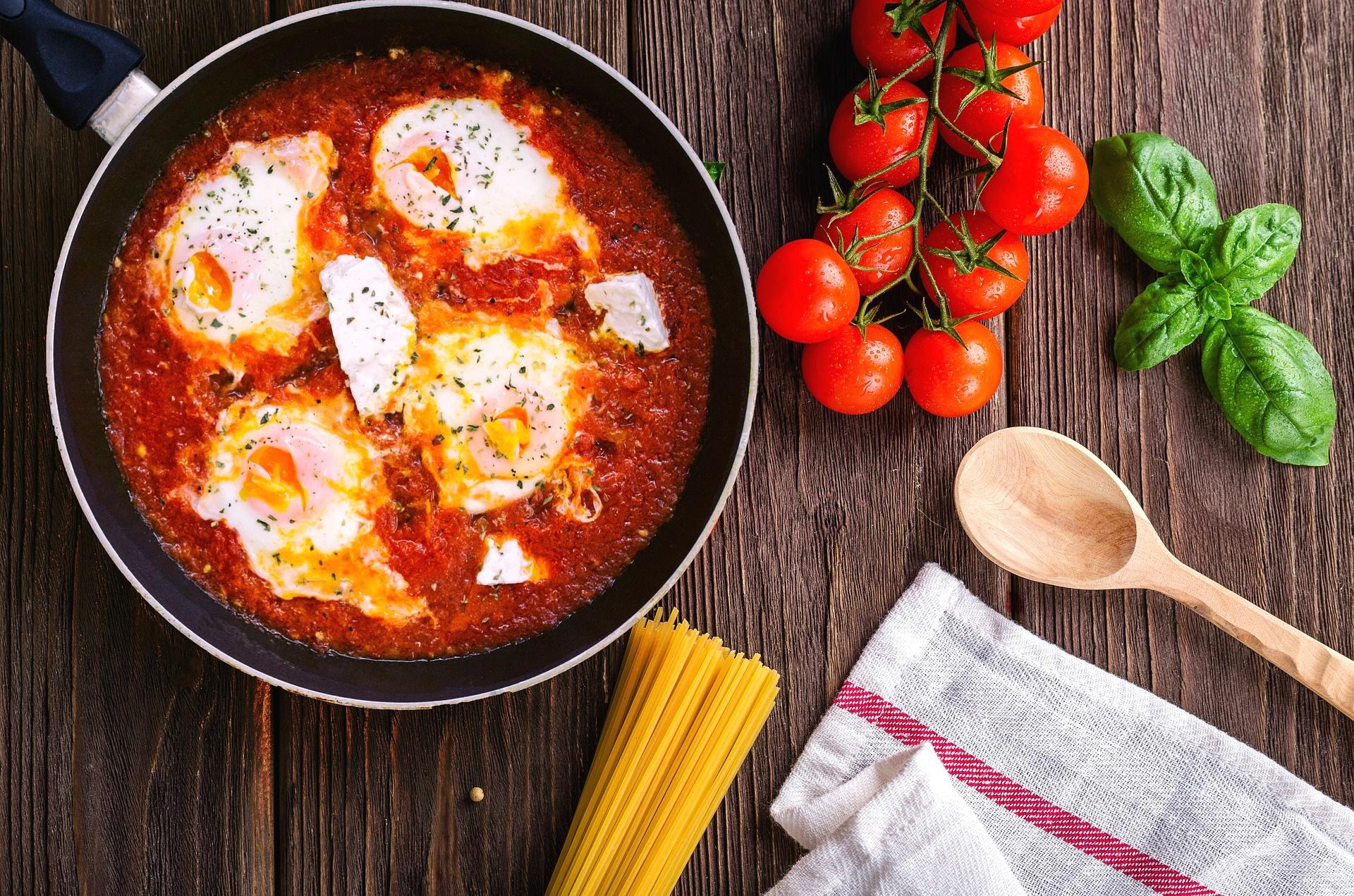 Huevos fritos con tomates en la sartén - receta