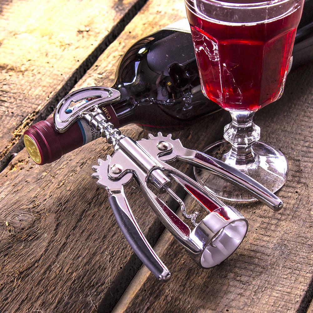 Sacacorchos de metal y abridor de vino