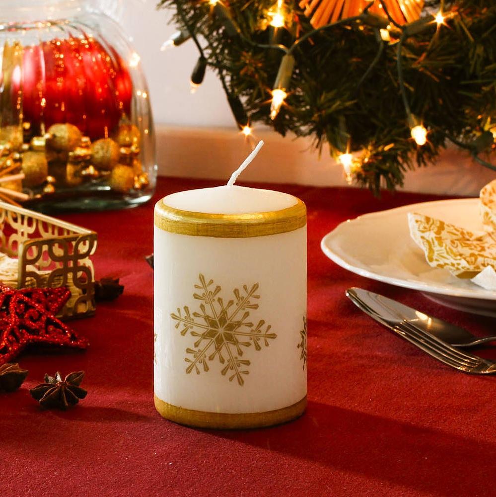 Vela de Navidad en la mesa