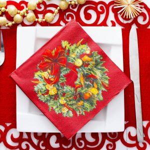 Servilletas de pavo real en la mesa de Nochebuena