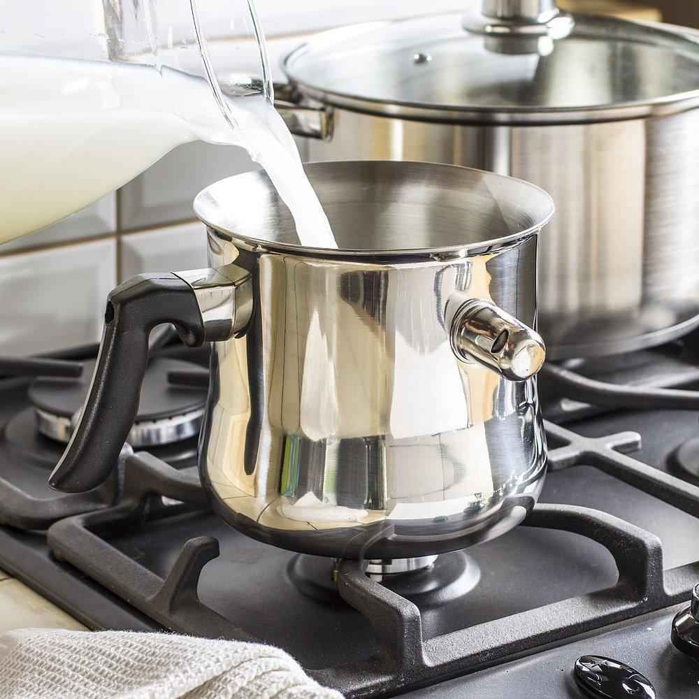 Una olla para cocinar leche con un silbato.
