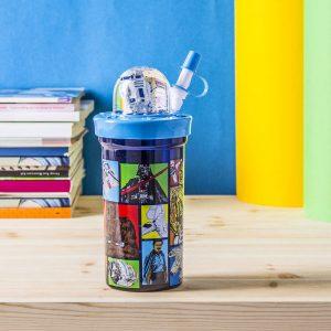 Un vaso de plástico para un niño con una pajita de Disney Star Wars