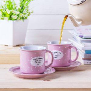 Un juego de tazas de cerámica con platillos Affek.
