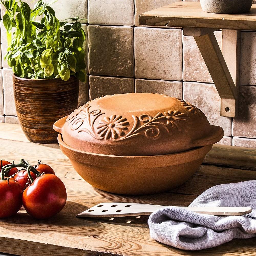 Una fuente de barro para hornear pan.