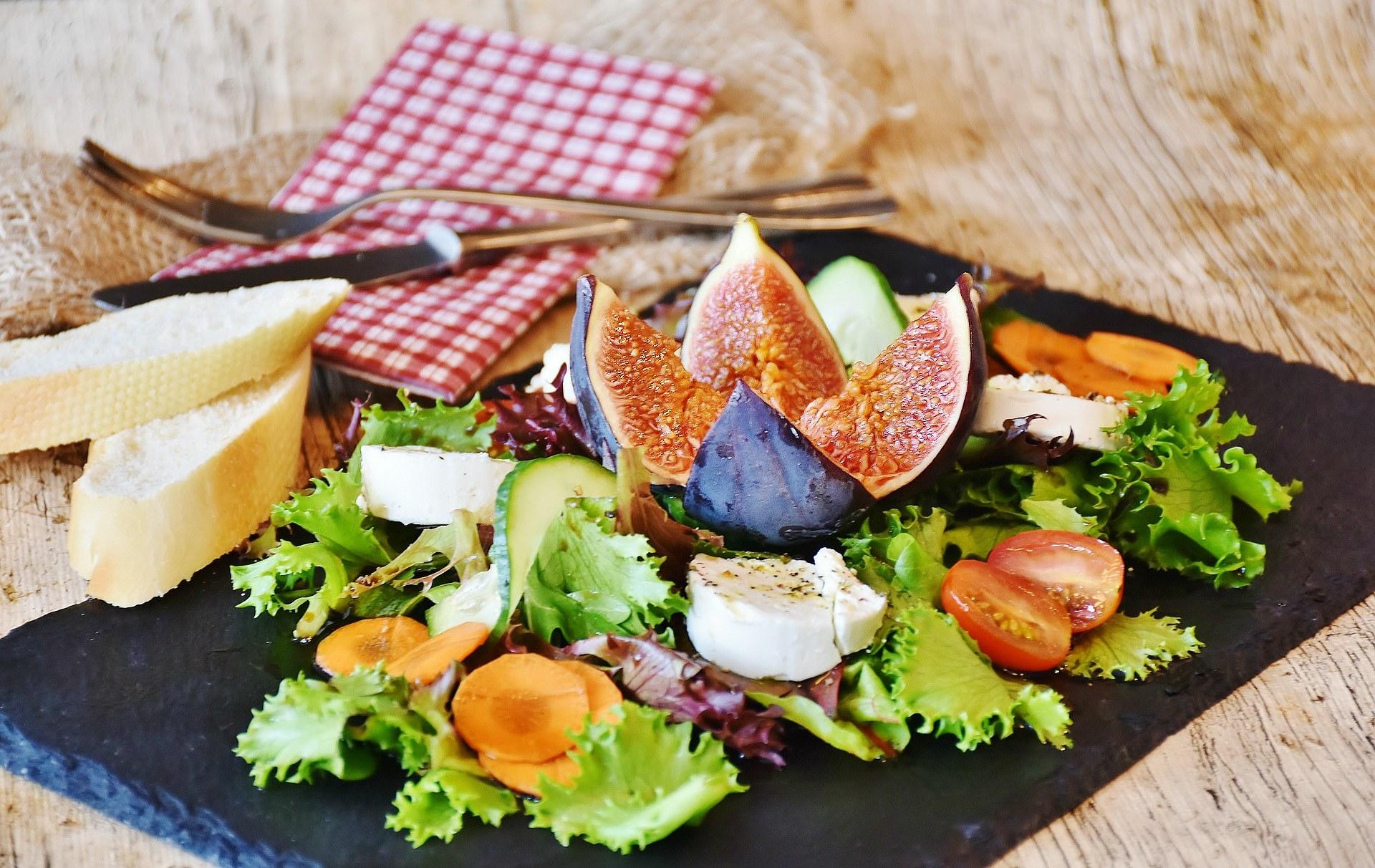 Receta de ensalada con queso de cabra, higos y tomates