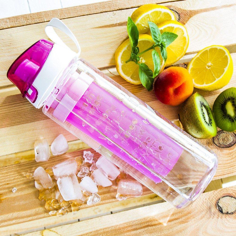 Botella de agua con bandeja de frutas y hielo.