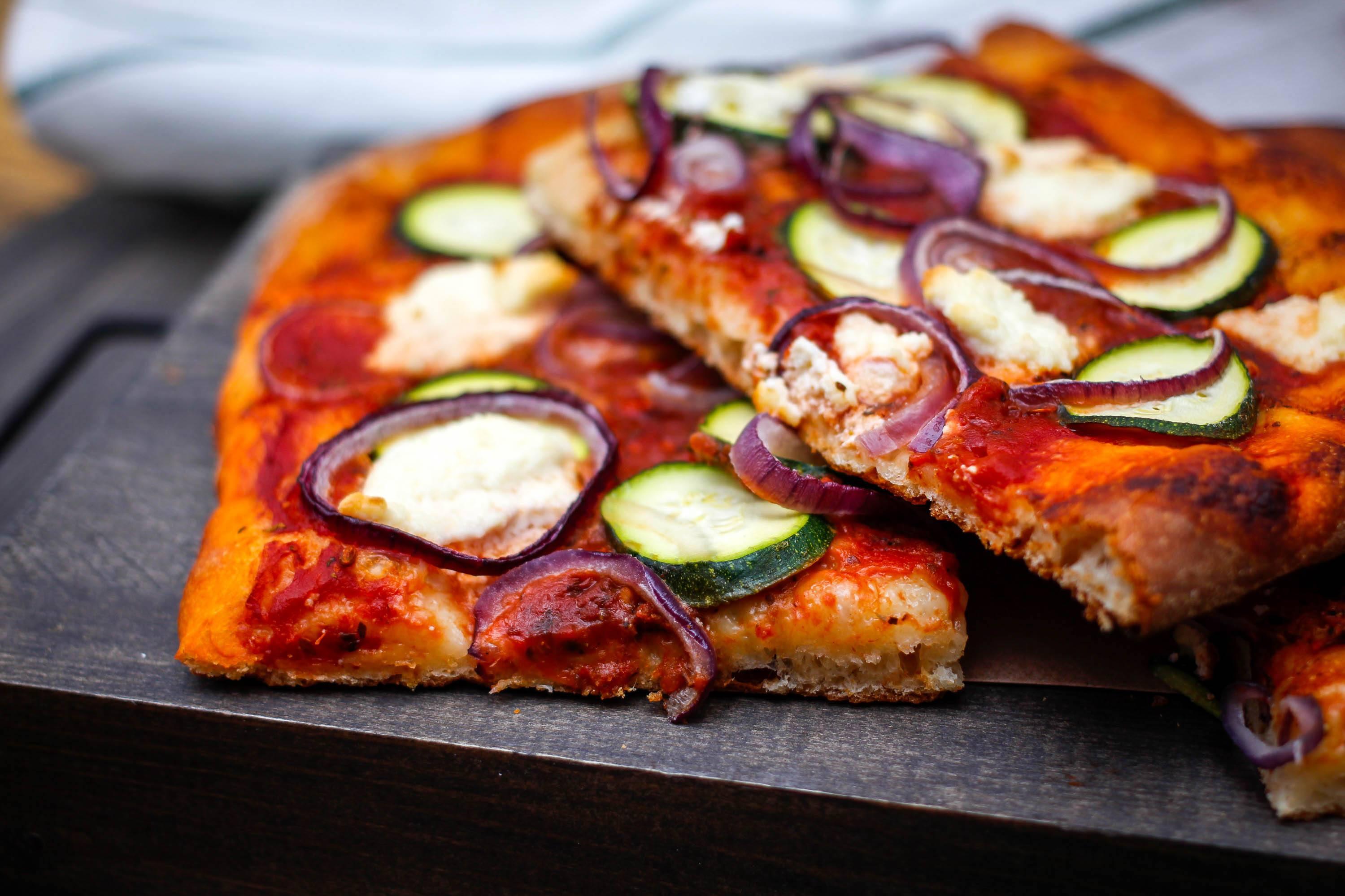 Pizza con calabacín y mozzarella
