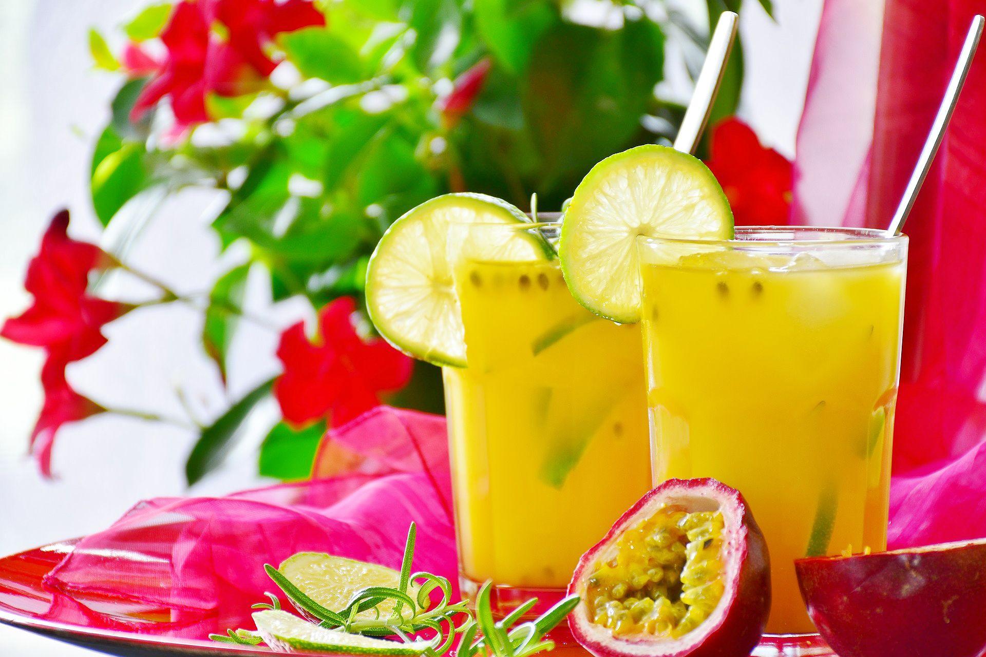 Cóctel de naranja con maracuyá y lima - receta