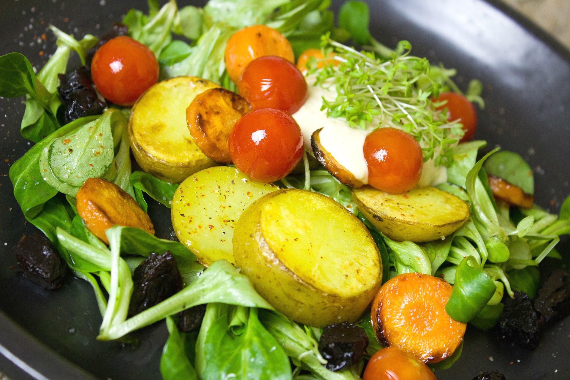 Ensalada con patatas asadas, zanahorias y ciruelas pasas - receta