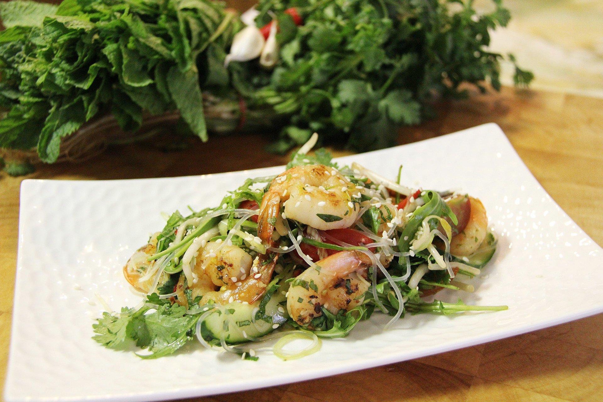 ensalada con langostinos, rúcula y pepino verde