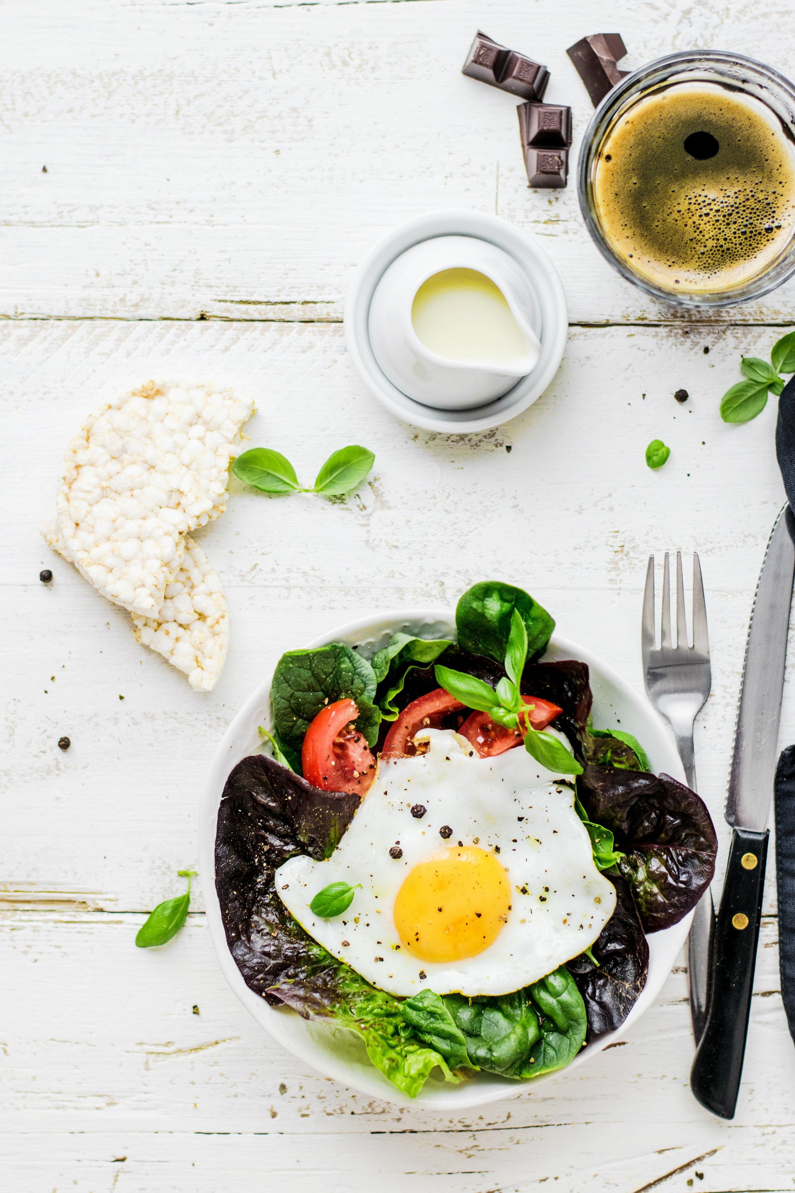 ensalada con huevo frito y tomate