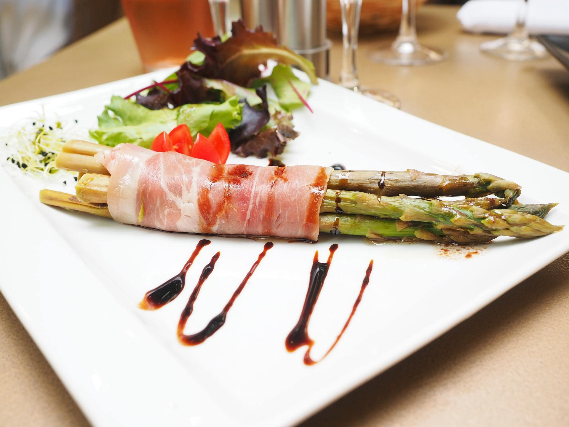 Espárragos con jamón de Parma del horno - una receta sencilla