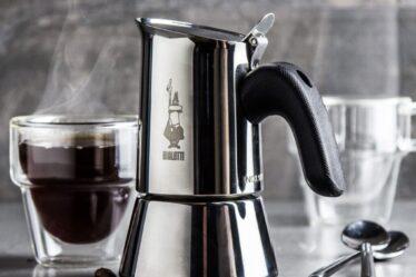 cafetera de plata con una taza de café