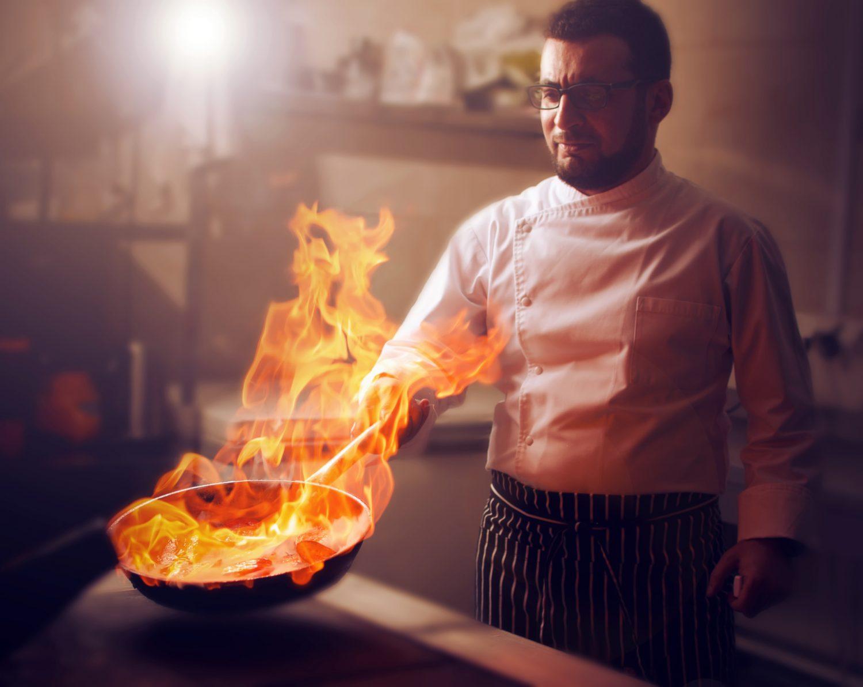 La sartén en llamas, que se trata de flambear