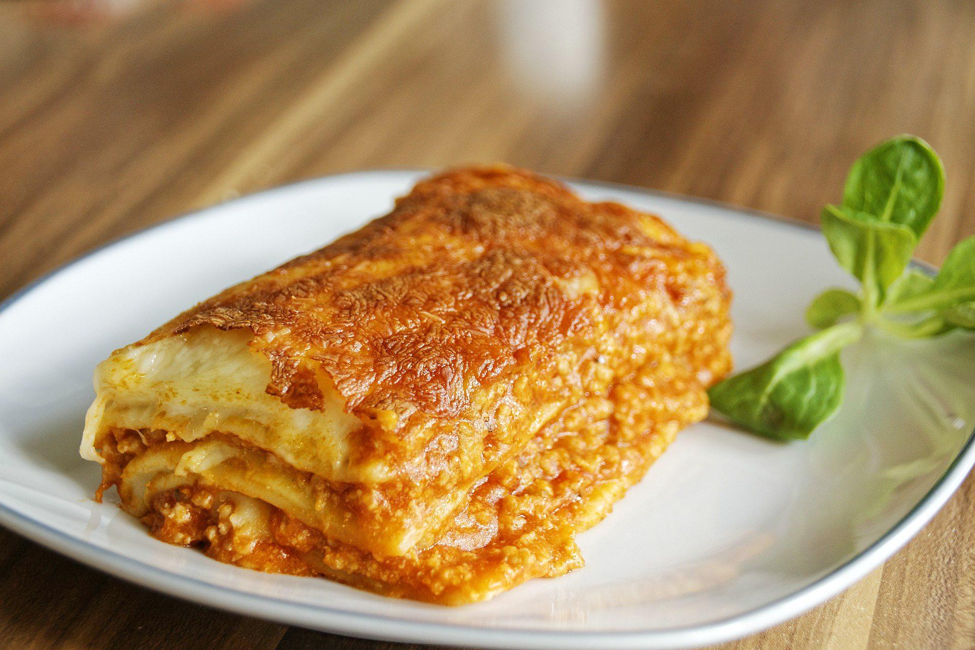 Lasaña a la boloñesa con carne picada y salsa bechamel - una receta sencilla