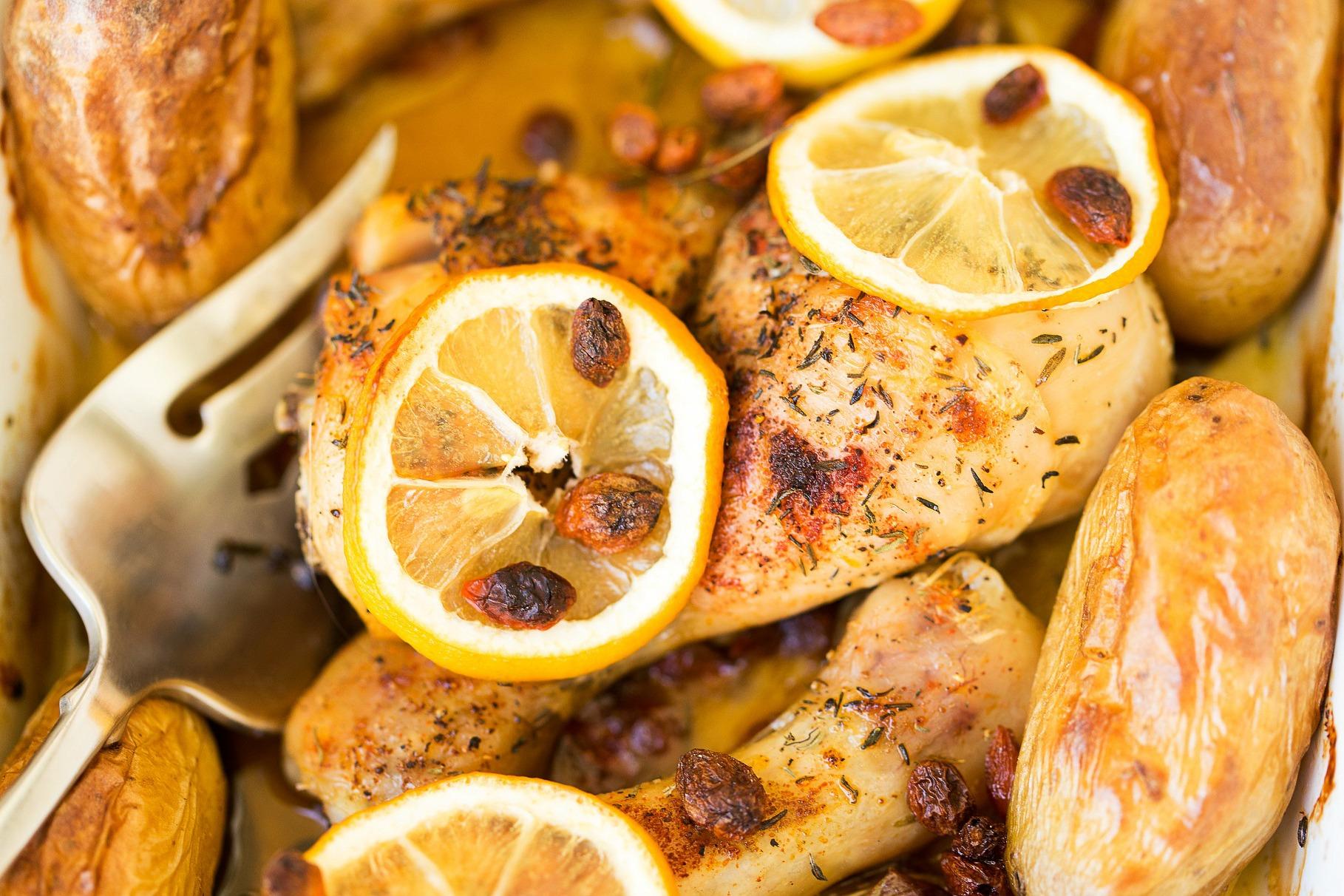 Muslos de pollo al horno con limón a las hierbas - receta