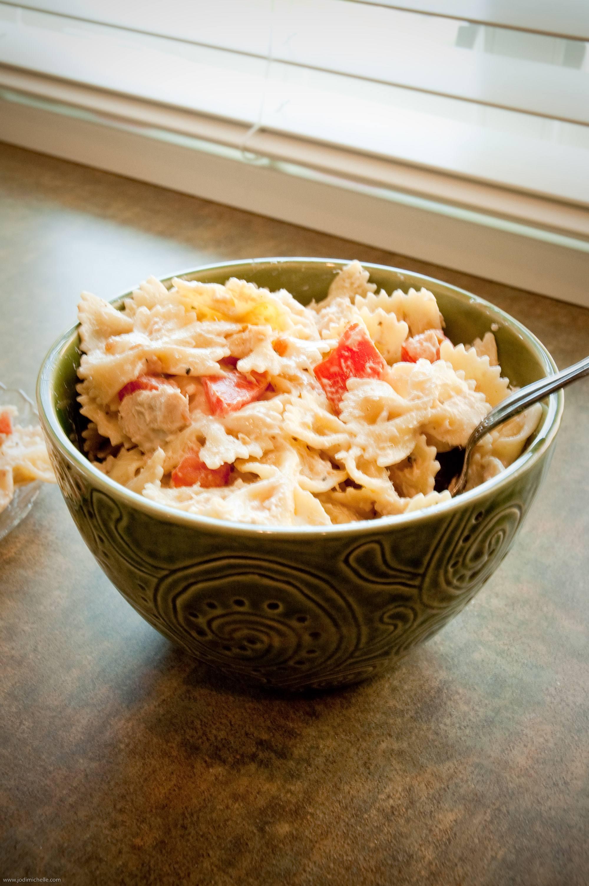 - 30 gramos de pasta (p. Ej., Moños) - 2 tomates grandes - 30 gramos de atún en su propia salsa - 1 cucharada de aceite de semilla de uva - 2 cucharaditas de jugo de limón - unas hojas de albahaca fresca para decorar - sal al gusto - pimienta al gusto