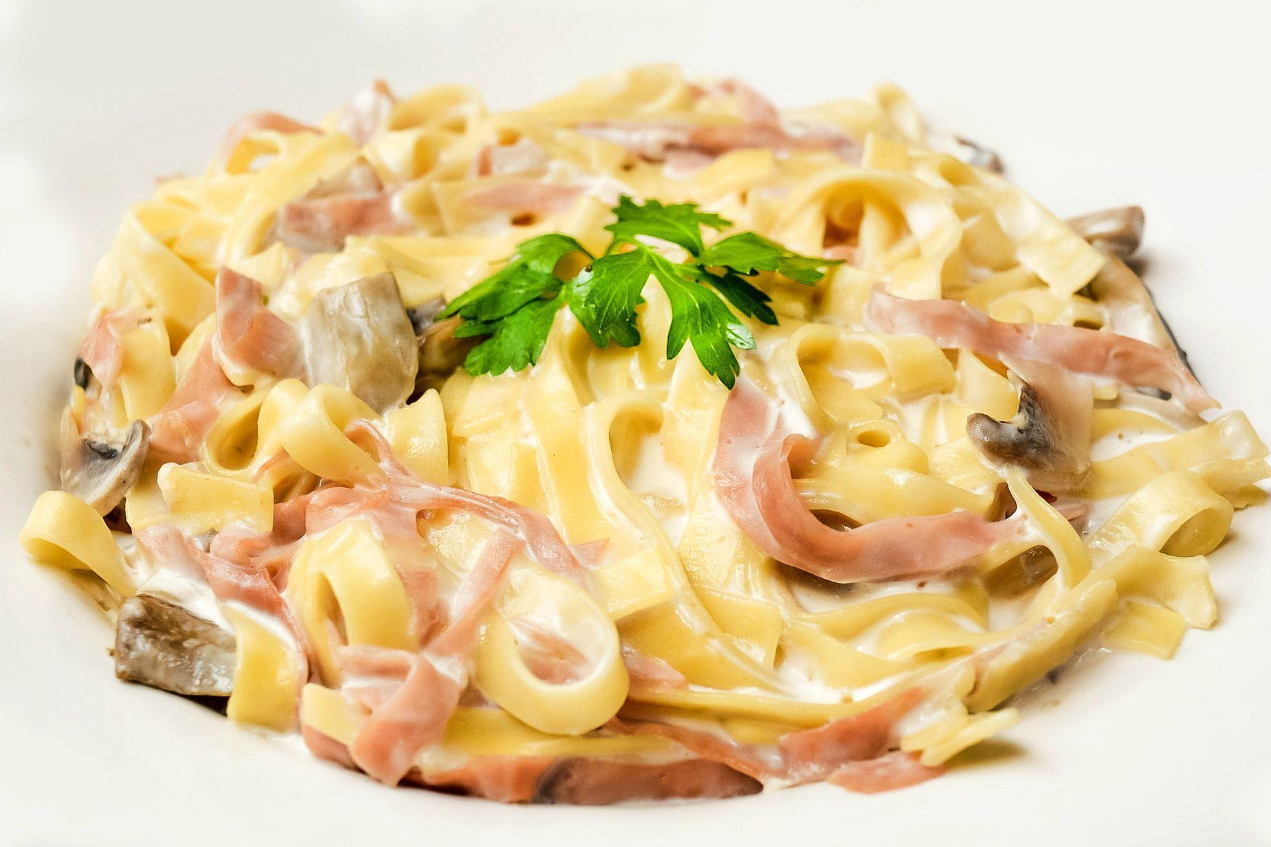 Pasta con mozzarella, jamón y champiñones - receta