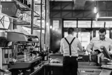Ropa y comidas para los empleados de restaurantes: ¿cuándo debe el empleador proporcionárselas al empleado?