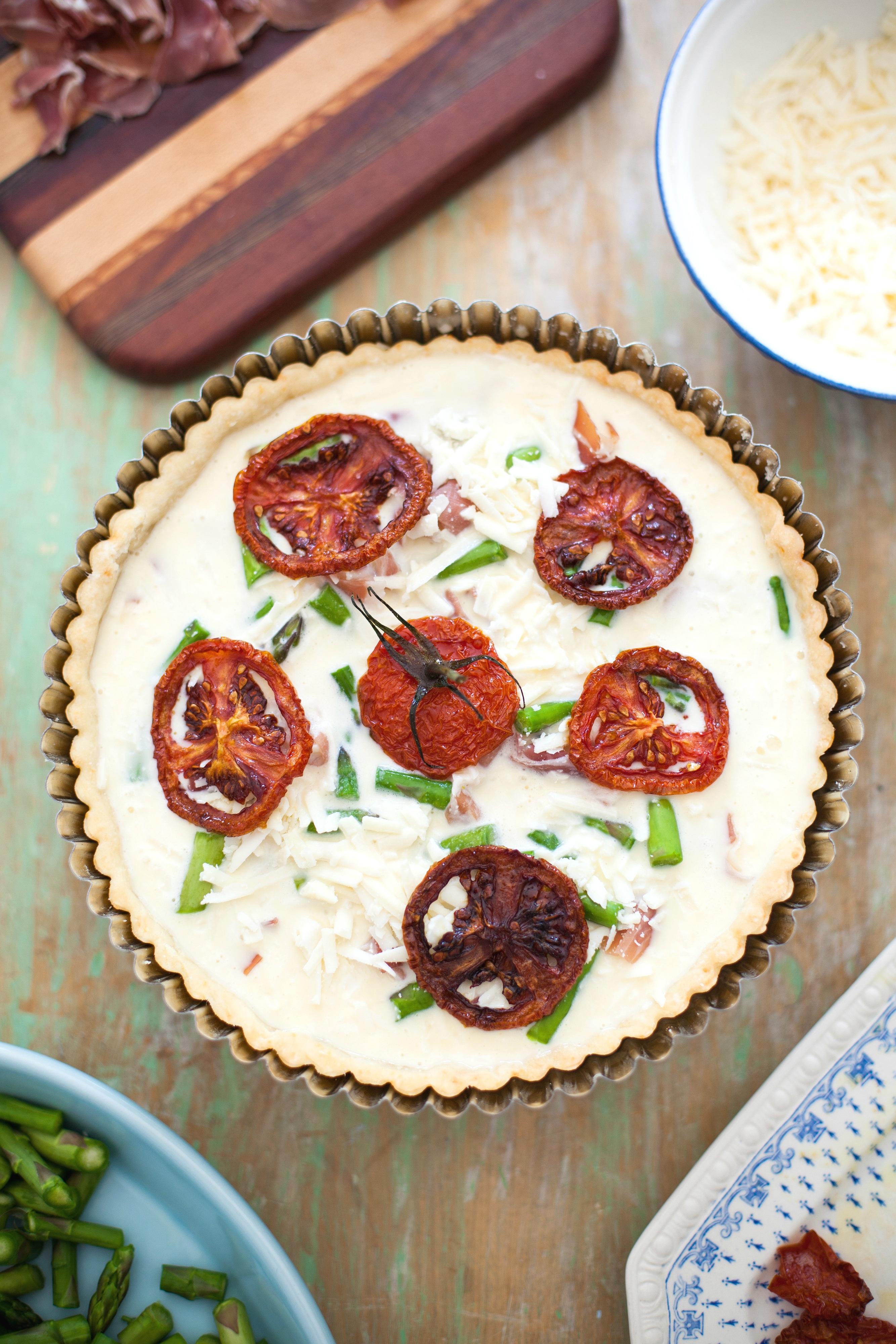 Tarta de salmón, tomate y espárragos - receta