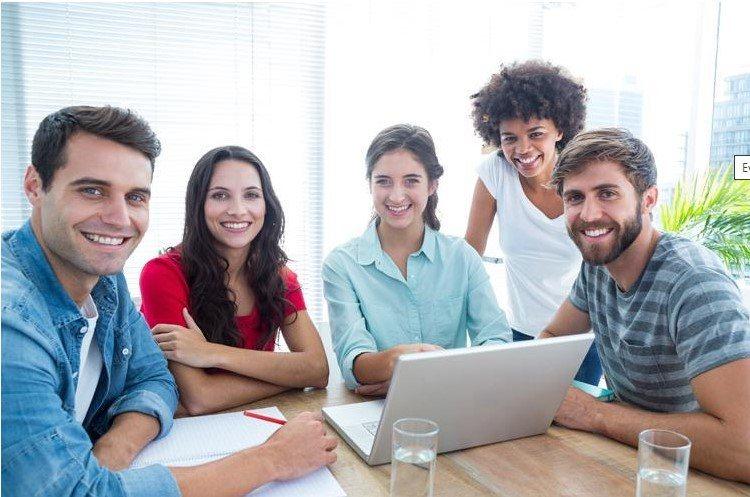 Grupo de empleados motivados en su puesto de trabajo